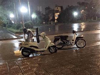 Xe hết xăng giữa đường, em trai bất chấp mưa gió bão bùng nhiều lần đến 'ứng cứu' và câu chuyện phía sau khiến nhiều người xót xa