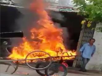 Cà Mau: Xe kéo đỗ chắn cửa, chủ nhà đổ dầu châm lửa đốt luôn