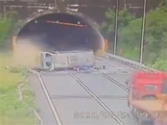 Xe khách gặp tai nạn thảm khốc, hàng chục giáo viên bị hất văng ra ngoài