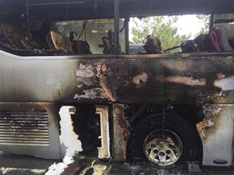TP.HCM: Hàng chục phụ nữ, trẻ em hoảng loạn cầu cứu khi xe khách nổ lốp bốc cháy nghi ngút