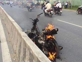TP.HCM: Đang đi trên đường thì xe máy bốc cháy nghi ngút, người phụ nữ hoảng loạn vứt xe thoát thân