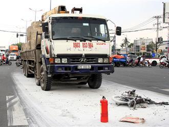 Xe máy cháy rụi sau va chạm ôtô tải, một người thiệt mạng