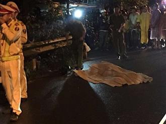 Xe máy văng chục mét sau cú lao vào taluy, 2 thanh niên 23 tuổi chết thảm