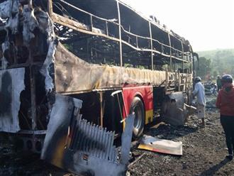 Chở khách về quê ăn tết xe ô tô 45 chỗ bất ngờ bốc cháy, may mắn tài xế và người dân đều bình an
