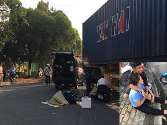 Con trai ôm mẹ khóc ngất bên thi thể người cha chết thảm dưới bánh container khi đi làm
