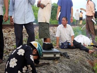 Xót cảnh người thân khóc ngất bên thi thể người phụ nữ bị tàu tông tử vong trên đường đi hái lá về tắm cho mẹ