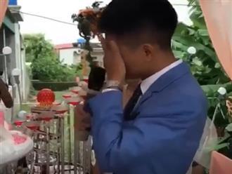 Xúc động clip chú rể bật khóc trong ngày cưới khi hát tặng người mẹ vắng mặt vì mắc trọng bệnh