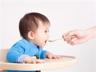Cho trẻ 4 tháng tuổi ăn dặm như thế nào mới là chuẩn khoa học?