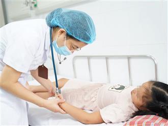 Bé 9 tuổi nhập viện trong tình trạng nguy kịch tính mạng vì sốt xuất huyết nhưng gia đình tự truyền nước, điều trị tại nhà