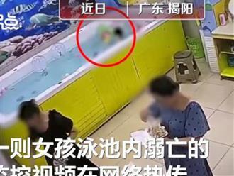 Bé gái đuối nước thương tâm trong hồ bơi mini ở khu vui chơi nhưng người lớn xung quanh không ai hay biết