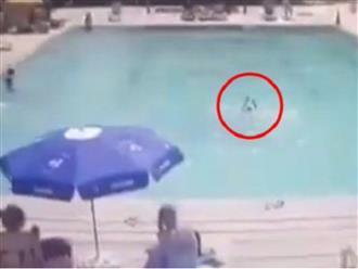 Bố mẹ vô tư tắm nắng trên bờ, con trai 8 tuổi đuối nước, vùng vẫy kêu cứu trong tuyệt vọng