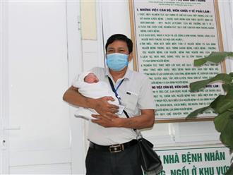 Ông bố U70 'rưng rưng' nước mắt đón chào con trai đầu lòng ra đời sau 30 năm mòn mỏi mong đợi