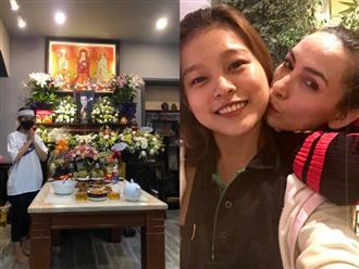 Thất thứ 4 của cố ca sĩ Phi Nhung, con gái nuôi tâm sự nghẹn ngào, ánh mắt đượm buồn khi đứng cạnh bàn thờ của mẹ