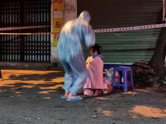 Xót xa hình ảnh bé gái 3 tuổi phải đi cách ly điều trị cùng ông bà nội ngay trong đêm vì bố mẹ đều mắc Covid-19