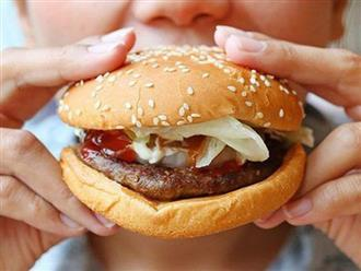 """Thay đổi duy nhất 1 động tác thôi, bạn đã trở thành người ăn burger """"thanh lịch và sành điệu"""""""