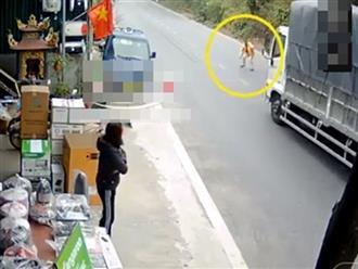 Nam thanh niên bất ngờ lao ra chặn đầu xe tải,  hành động sau đó càng khiến ai nấy sững sờ