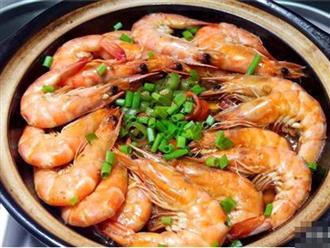 Người dân miền biển tiết lộ bí quyết nấu tôm không cần nước, tôm chín ngọt ngon, thơm đẫm vị