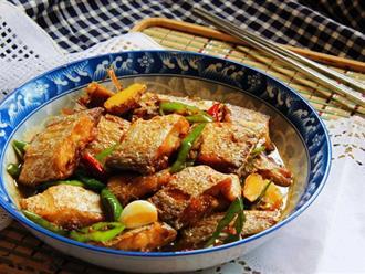 Bữa tối mùa đông có cá chiên mặn ngọt nóng hổi thì ngon khỏi bàn