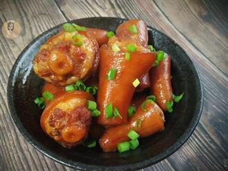 Cho đuôi lợn vào nồi cơm điện cùng vài gia vị, sau 40 phút được món kho ngon cực phẩm