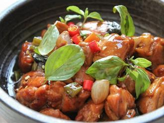 Cơm tối hết veo với món thịt gà rim mắm đậm đà ngon miệng