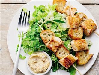 Gà xiên que giòn tan ăn kèm salad