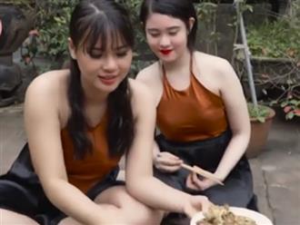 Hai cô gái xinh đẹp rủ nhau làm món chả rươi nhưng dân mạng chỉ tập trung vào đôi gò bồng đảo lấp ló sau chiếc áo yếm mỏng manh