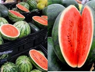 Lý do những người bán hoa quả luôn bổ đôi quả dưa hấu để bày bán