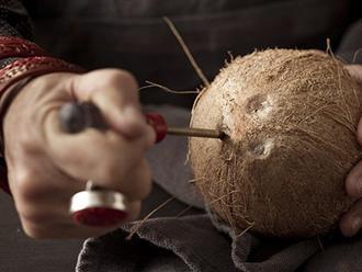 """Mùa hè uống nước dừa là tuyệt hảo nhưng bổ dừa thế nào thì các mẹ học lỏm ngay mẹo """"dễ như ăn kẹo"""" sau"""