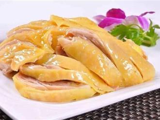 Đầu bếp nhà hàng chỉ rằng thêm bước này, thịt gà luộc sẽ căng bóng, vàng mướt mắt, chắc thịt và hương vị cũng hoàn hảo hơn gấp nhiều lần