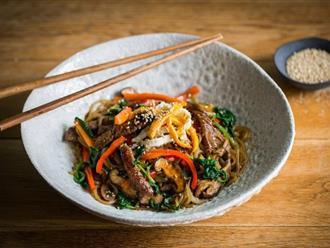 Bữa trưa cuối tuần tôi chỉ nấu mỗi món miến xào kiểu Hàn mà cả nhà nức nở khen ngợi