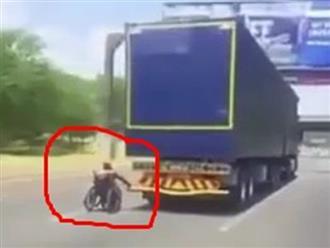 Mệt mỏi vì đi quá chậm, người đàn ông ngồi xe lăn liều lĩnh bám đuôi container đang chạy tốc độ cao trên xa lộ để đi nhờ khiến ai cũng hoảng hồn