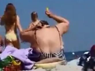 Người phụ nữ đi tắm biển, ngồi thoa kem chống nắng theo cách không giống ai khiến người xem cười nghiêng ngả