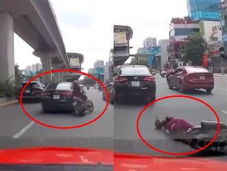 Ô tô chuyển làn không quan sát khiến người phụ nữ đi xe máy ngã đập mặt xuống đường nhưng lại nhấn ga bỏ chạy