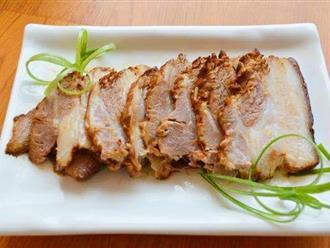 Om thịt lợn, đừng chỉ thêm nước hàng, thêm thứ này vào màu thịt bắt mắt hơn nhiều