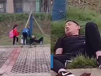 Đi đón con tan trường, ông bố bỗng nằm bất động bên đường gọi mãi không dậy, con gái hoảng sợ cầu cứu cô giáo và cái kết bất ngờ