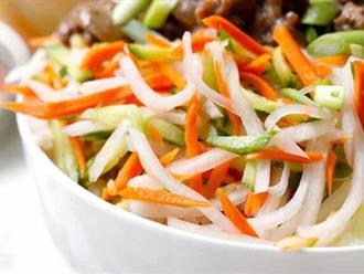 Nhà tôi lúc nào cũng có hũ rau củ muối chua trong tủ lạnh, ăn kèm món gì cũng ngon không sợ ngán