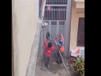 Đi giao hàng mà khách vắng nhà, 2 shipper nhanh trí làm điều này khiến dân mạng cười bò