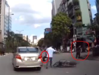 Phóng xe bạt mạng lao mạnh vào ô tô, thanh niên vứt cả bạn lẫn xe lại rồi bỏ chạy thục mạng
