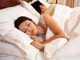 """Tối nào chồng cũng co ro ngủ một bên, hỏi thì anh vùng vằng """"em cứ để anh yên tĩnh"""" khiến tôi ngạc nhiên quá độ"""