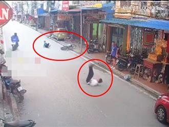 Đang đi bộ, người đàn ông áo trắng bị nam sinh đâm lộn nhào giữa đường