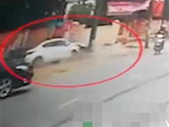 Thót tim clip ô tô mất lái lao vào cột điện, đầu xe nát bét khiến người đi đường run bần bật