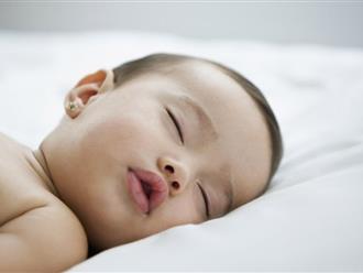 Trẻ sơ sinh ngủ hay giật mình có đáng lo ngại không?