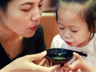 Vì sao người lớn phải bỏ ngay thói quen thổi nguội thức ăn cho trẻ nhỏ?