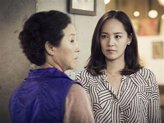 Vừa nhìn mâm cơm ở cữ của chị gái, tôi đã sốc đến mức phải gọi taxi đưa chị đi ngay vì không chịu đựng nổi chính mẹ ruột của mình