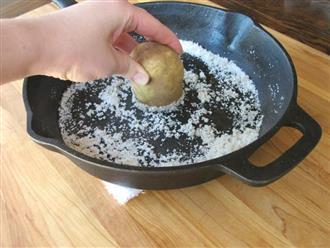 Con dâu xát khoai tây với muối lên chảo bị mẹ chồng mắng, nhưng kết quả chẳng ai ngờ