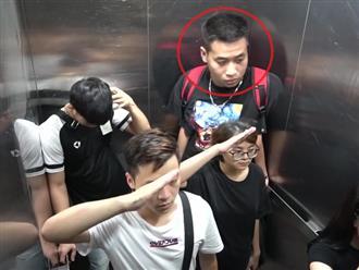 Hai thanh niên đứng người vì 'chào cờ' trong thang máy, khuôn mặt ngơ ngác không biết phải làm sao