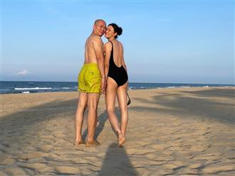 Người đàn bà U60 khiến nam giới mê mệt vì quá đẹp, bikini khoét sâu 'đường nào ra đường đó', mướt mát như gái còn son