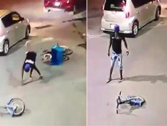 Clip: Bi hài xe máy vừa lao lên vỉa hè liền gãy đôi, khổ chủ ngơ ngác