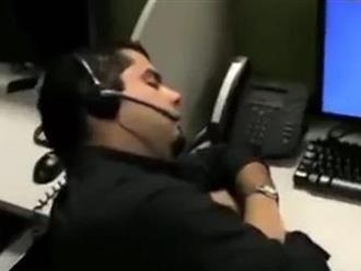 Ngủ gật ở văn phòng, bị đồng nghiệp chơi khăm hài té ghế