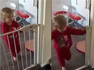 Màn tẩu thoát thông minh của cô bé 2 tuổi khỏi cửa sắt